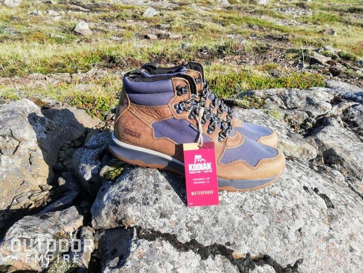 Nouvelles bottes Kodiak Skogan avec étiquette imperméable assise sur un rocher