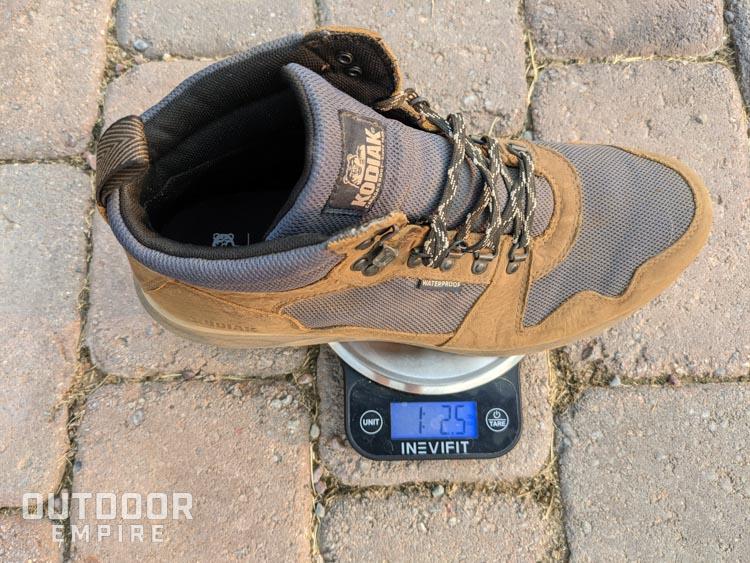 Botte Kodiak Skogan sur une échelle montrant 1 lb 2,5 oz